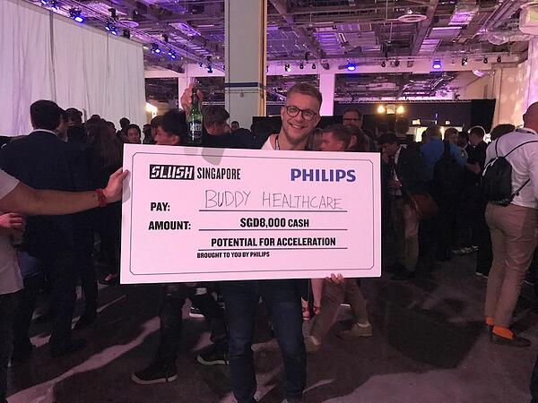 Buddy Healthcare's CEO Jussi Määttä received the Slush Singapore pitching competition prize from Philips Healthcare
